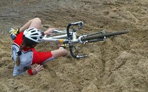 Ein Sturz im Sand, wie es dieser Radcrosserin passiert ist, geht in den allermeisten Fällen glimpflich ab. Foto: picture-alliance