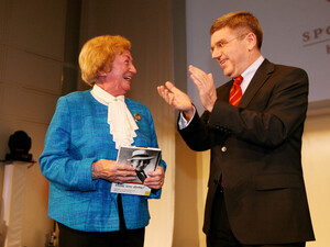Applaus für die große Dame des Sports: Erika Dienstl mit DOSB-Präsident Dr. Thomas Bach. Foto: Witters