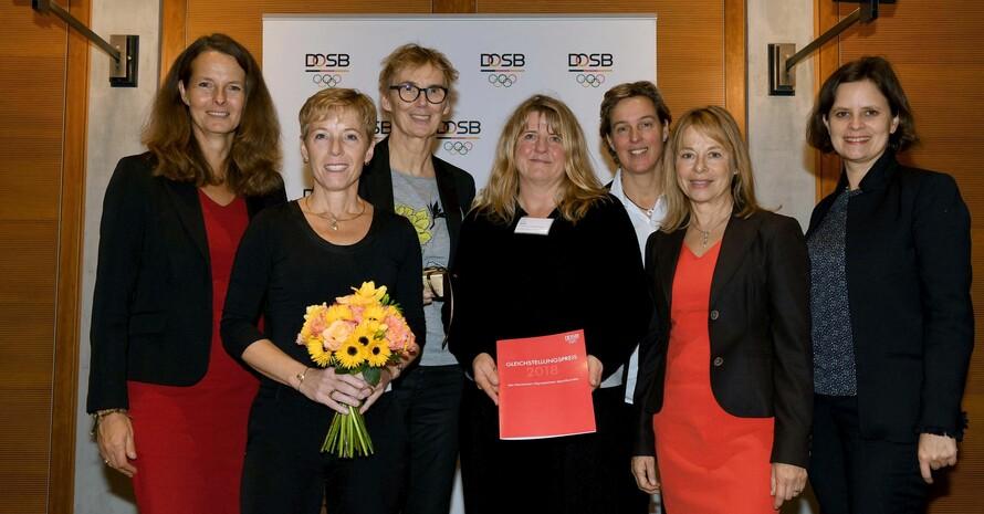 Gratulation an den Landessportbund Nordrhein-Westfalen zur Auszeichnung mit dem Gleichstellungspreis des DOSB (v.li.): Bettina Martin (Landesvertretung MeckPom), Dr. Eva Selic, Dr. Brigit Palzkill, Dorota Sahle (alle 3 LSB BNRW), Steffi Nerius (Laudatorin), Dr. Petra Tzschoppe (DOSB), Juliane Seifert (BMFSFJ); Foto DOSB/Camer4