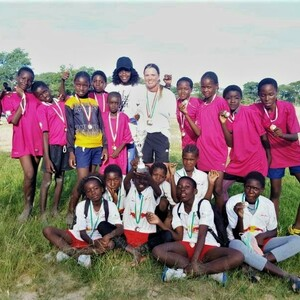 Mädchenmannschaft aus Eenhana nach ihrem Sieg beim Schulturnier ©DOSB