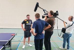 Das Team des HR-Fernsehens hat den Sport-Inklusionsmanager Frédéric Peschke bereits vor der Sendung an der Tischtennisplatte und am Arbeitsplatz begleitet. Foto: DTTB