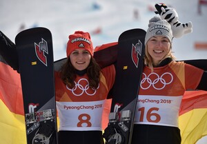 Doppelte Freude: Ramona Hofmeister (links) und Selina Jörg feiern Silber und Bronze (Foto: Picture Alliance)
