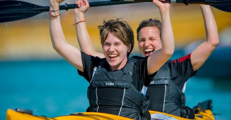 Athletin Isabell Schildheuer (vorn) und Unified-Partnerin Caroline Flegel vom Team SOD freuen sich über ihren Erfolg bei den Special Olympics World Games 2019 in Abu Dhabi. Foto: SOD/Sascha Klahn