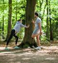 Jogger genießen beim Dehnen die Luft und die Stille im Wald. Foto: picture-alliance