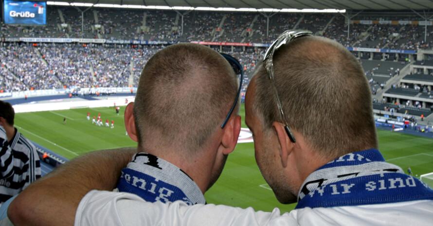 Schwulen- und lesbenfeindlichen Tendenzen soll die Rote Karte gezeigt werden. Copyright: picture-alliance