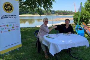 Sachsen-Anhalts Umweltministerin Prof. Dr. Claudia Dalbert und LSB-Präsidentin Silke Renk-Lange (v. r.) bei der Unterzeichnung beim Kanuclub Börde in Magdeburg. Foto: LSB Sachsen-Anhalt