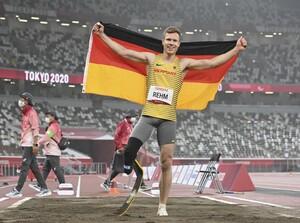 """Markus Rehm freut sich über seinen Paralympics-Sieg im Weitsprung, sagt aber über die erzielten seine 8,18m: """"Das Ziel war die Goldmedaille, die Weite wäre Nice-to-Have gewesen."""" Foto: picture-alliance"""