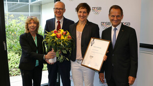 Kathrin Boron (2. v.r.) freut sich mit Gudrun Doll-Tepper, Frank Daumann und Alfons Hörmann (v.l.) über das Stipendium. Foto: DOSB