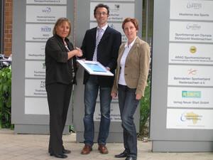 Matthias Achorner überreicht das Umwelt-Zertifikat an Präsidentin Rita Girschikofsky (l.) und Geschäftsfühererin Berit Bauer (r.). Foto: NLV