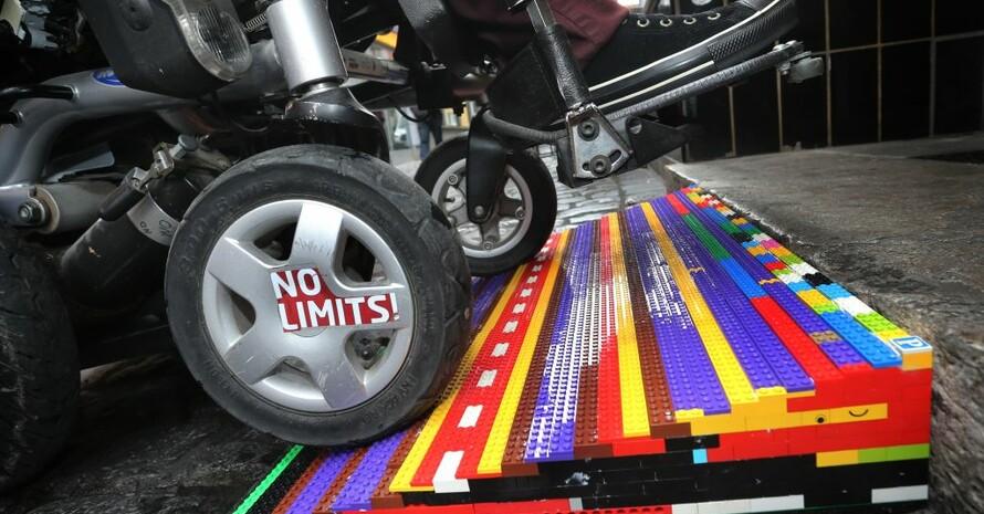 Rampe aus Legosteinen: Manchmal muss Barrierefreiheit auch kreativ gedacht werden. Foto: picture-alliance
