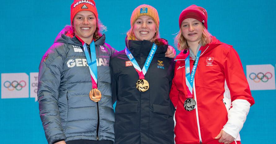 Bei der Siegerehrung strahlen Lara Klein, Emma Sahlin aus Schweden und Lena Volken aus der Schweiz (v.l.). Foto: Olympic Information Services