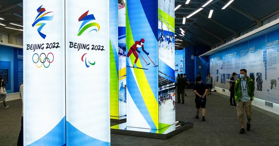Die Logos für die Olympischen und Paralympischen Winterspiele 2022 in Peking werden am Sitz des Organisationskomitees in Peking präsentiert. Foto: picture-alliance