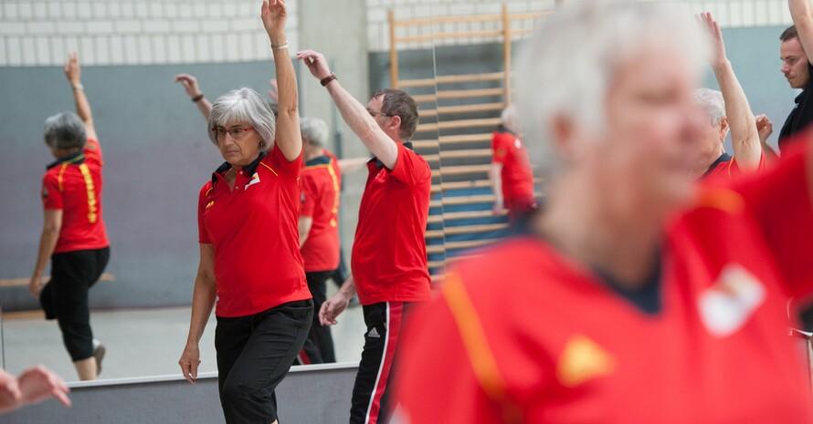 Bewegungstraining kann nicht nur die körperlichen, sondern auch die nicht-körperlichen Symptome, wie beispielsweise die kognitive Leistungsfähigkeit, verbessern. Foto: picture-alliance/DBS