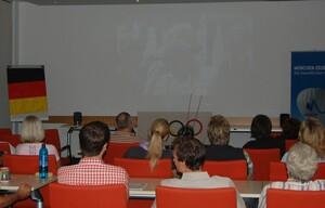 Mitarbeiterinnen und Mitarbeiter beim Daumendrücken im Haus des Sports in Frankfurt. Foto: DOSB