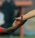 Zwei Fußballer geben sich die Hand. Foto: picture-alliance