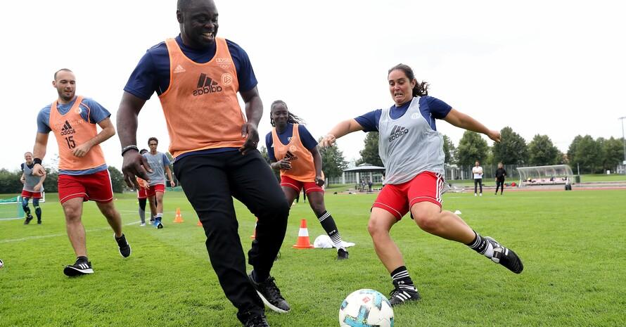 """Gerald Asamoah, ebenfalls Botschafter """"Sport für Entwicklung"""", zeigt, dass er am Ball nichts verlernt hat. Foto: Alexander Hassenstein"""