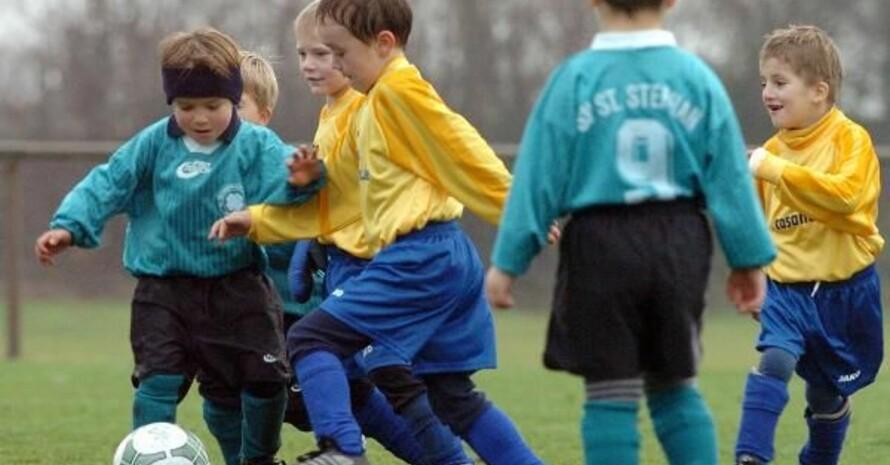 In einheitlichen Mannschafts-Trikots macht das Spiel noch mehr Spaß. Foto: picture-alliance