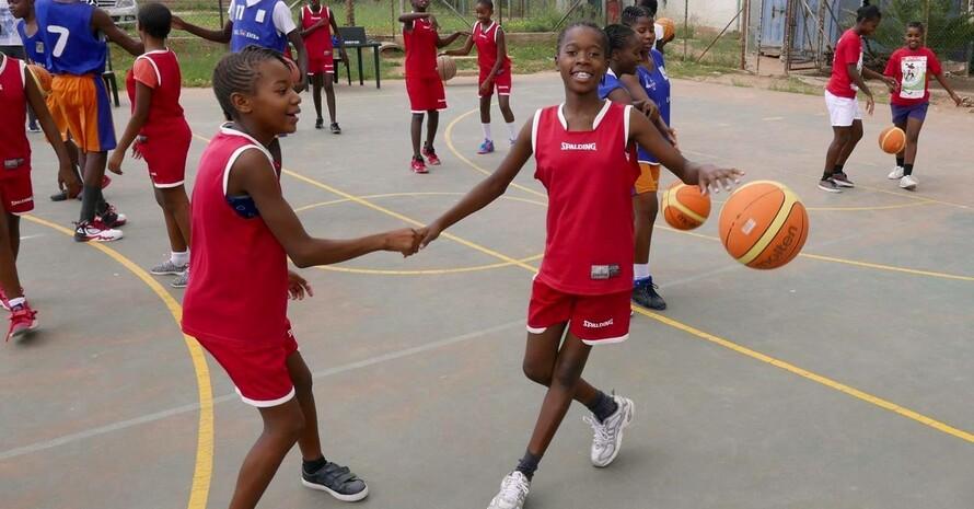 Kinder in Namibia feiern den IDSDP2018 beim BAS - Fair Play Basketball and Football Tournament