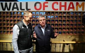IOC-Präsident Thomas Bach (r.) beim Besuch des Deutschen Hauses bei den Olympischen Spielen in PyeongChang mit DOSB-Präsident Alfons Hörmann. Foto: picture-alliance