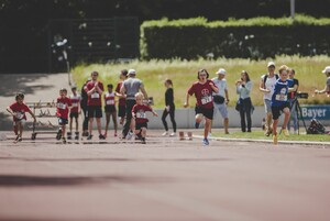 Kinder mit Behinderungen laufen bei einem integrativen Sportfest 2019 um die Wette. Foto: picture-alliance