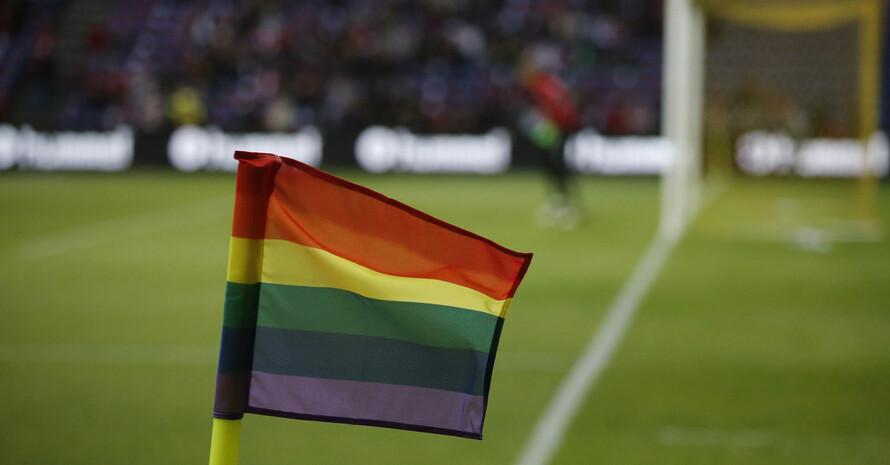 Regenbogen-Eckfahne bei einem Fußballländerspiel. Foto: picture-alliance