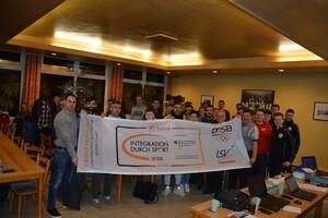 Teilnehmende des Lehrabends des KFV Kiel setzen ein Zeichen für Vielfalt