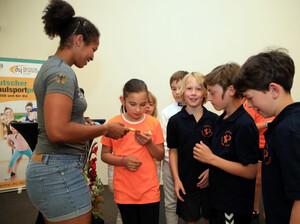Sportpatin Mariama Jamanka mit Schülern der Siegerschule. Foto: dsj/Jürgen Engler