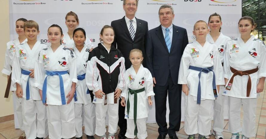 Der Bundespräsident ist ein Freund des Sports. Das demonstrierte er beim gemeinsamen Fototermin mit DOSB-Präsident Thomas Bach und der Karategruppe der Kinder vom TSV Binswangen. Foto: picture-alliance/Frank May