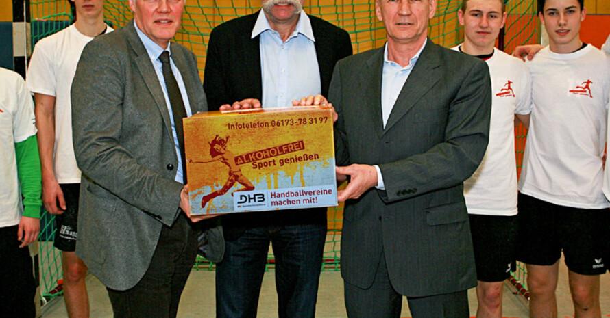 """Peter Lang (stellv. Direktor BZgA), Heiner Brand (ehem. Nationaltrainer) und Bernhard Bauer (Präsident des DHB) (v.l.) starten gemeinsam die Mitmachaktion für Handballvereine """"Alkoholfrei Sport genießen"""". Foto: BZgA"""