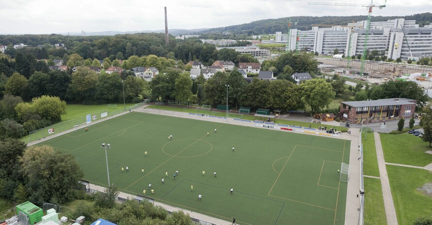 Luftaufnahme eines Kunstrasenplatzes in Bielefeld; Foto: picture-alliance