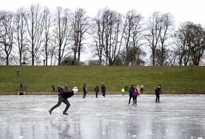 Teiche und Seen in vielen Regionen waren für einige Wochen im Februar zugefroren - ein willkommenes Sportvergnügen für jung und alt. Foto: picture-alliance