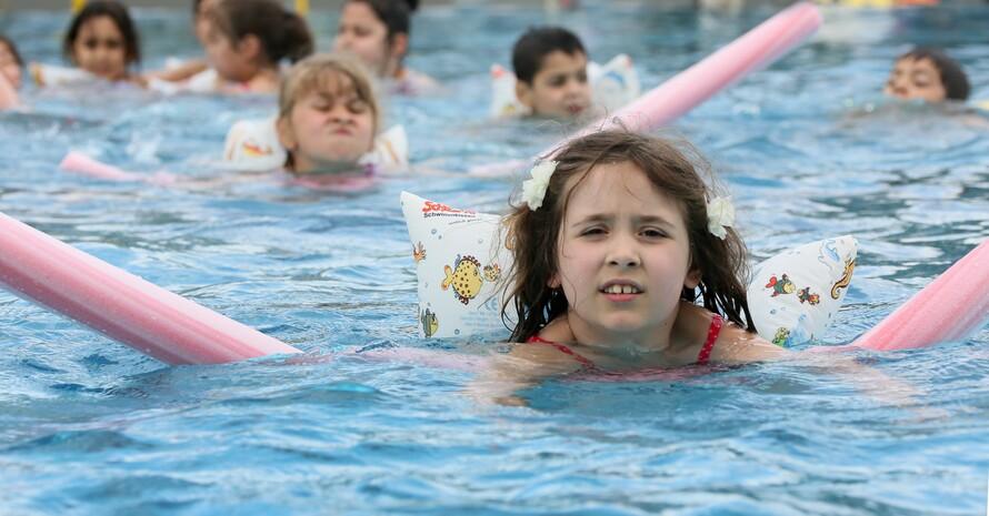 Kinder einer Schule in Berlin lernen mit Schwimmhilfen die Angst vor dem Wasser abzubauen und bereiten sich so besser auf den Schwimmunterricht vor. Foto: picture-alliance