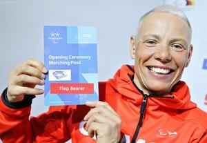 Andreau Eskau zeigt stolz ihre Akkreditierung als Fahnenträgerin bei den Paralympics in PyeongChang. Foto: picture-alliance