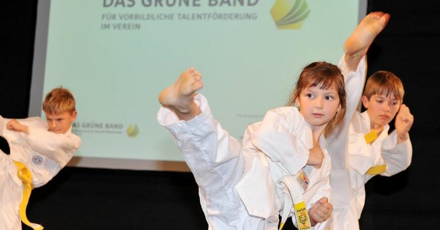 Kleine Karateka zeigen, was sie in ihrem Verein gelernt haben. Foto: Frank May/picture-alliance