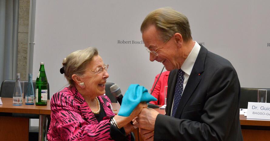 Prof. Dr. Ursula Lehr gratuliert Franz Müntefering zur Wahl, Foto: BAGSO/Greuner
