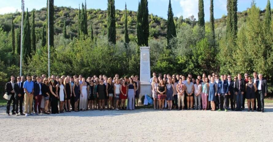 Das Bild zeigt die Teilnehmenden des letzten Olympiaseminars (2015) an der Coubertin-Gedenksäule in Olympia. Foto: DOA