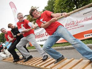 Georg Hettich, Nordischer Kombinierer und Olympiasieger (vorne), Otto Neideck, Erster Bürgermeister von Freiburg (2. von rechts) sowie die Mission Olymipc Jurymitglieder Ebru Shikh Ahmad, Integrationsbotschafterin des DOSB (2. von links), und Uwe Kleinert, Leiter Corporate Responsibility von Coca-Cola Deutschland (links), unterstützen die Stadt mit voller Kraft.