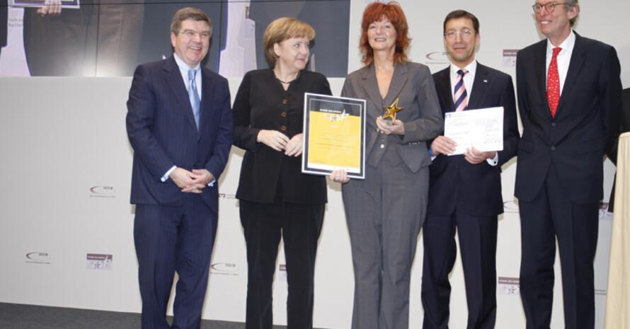 """Der Integrative Treff erhält den """"Großen Stern des Sports"""" in Gold von Bundeskanzerlin Angela Merkel."""