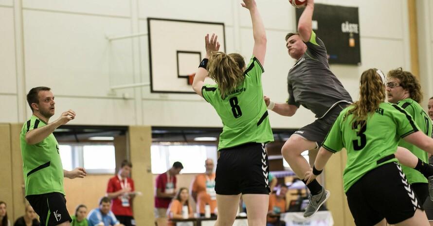 Bei den Special Olympics Hannover 2016 erlebten Aktive und Zuschauer bei allen Sportarten spannende Wettbewerbe, wie hier beim Handball. Foto: SOD/Stefan Holtzem