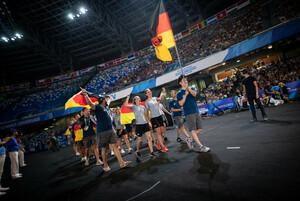 Tischtennisspieler Liang Qiu von der Uni Hohenheim führt das deutsche Universiade-Team bei der Eröffnungsfeier ins Stadion von Neapel. Foto: Arndt Falter