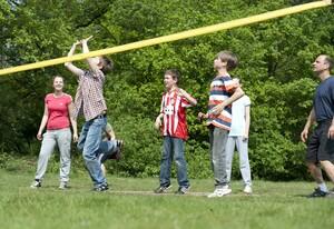 Eltern können den Bewegungsdrang ihrer Kinder positiv beeinflussen, wenn Sie gemeinsam mit ihnen Sport treiben und spielen. Foto: LSBNRW