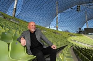Klaus Wolfermann am Ort seines Erfolgs, dem Münchener Olympiastadion. Foto: picture-alliance