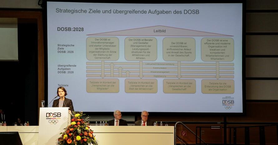 DOSB-Vorstandsvorsitzende Veronika Rücker stellt auf der Mitgliederversammlung in Düsseldorf die Strategie des DOSB bis 2028 vor. Foto: DOSB/Ulla Burghardt