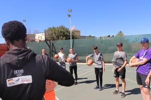 Freiwillige beim S4D-Seminar auf dem Basketballplatz der Basketball Artists School (BAS) in Namibia