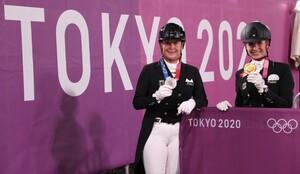 Im Equestrian Park in Tokio zeigen Isabell Werth (li.) und Jessica von Bredow-Werndl stolz die gewonnene Silber- bzw. Goldmedaille. Foto: picture-alliance