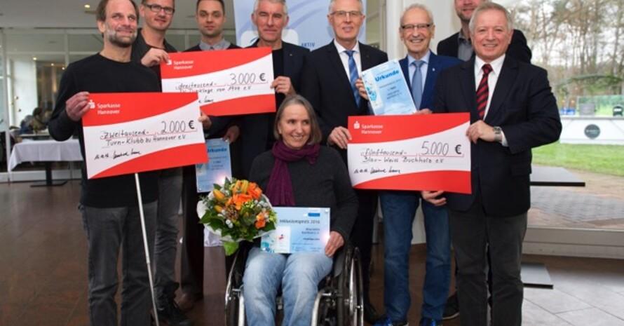 Foto: Volker Minkus. Die Preisträger bei der Verleihung in den Räumen des DTV Hannover mit Laudator Mirko Slomka