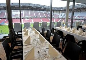 VIP-Lounges in Fußball-Stadien kombinieren gutes Ambiente, feinen Service und beste Sicht auf das Geschehen auf dem Platz. Foto: picture-alliance