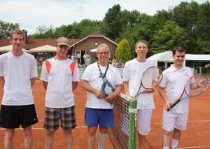 Christoph Schmitz (r.), der Aktivensprecher von Special Olympics Nordrhein-Westfalen zusammen mit Andreas Radke (2. v.r.) ließ er sich von Hermann Müller fürs Tennisspielen beim Neusser TC Stadtwald begeistern.