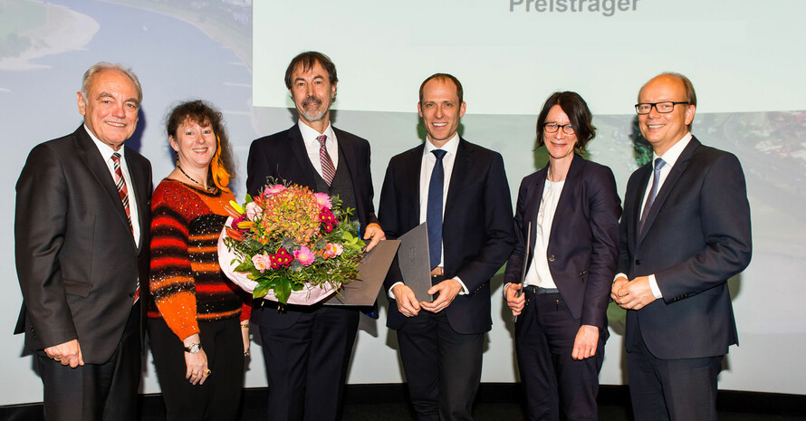 """Verleihung des Landespreis """"Sport und Wissenschaft"""" in Düsseldorf mit Walter Schneeloch, Andrea Milz, Prof. Dr. Horst Hübner, Prof. Dr. Mario Thevis, Dr. Bettina Rulofs und André Kuper (v.l.). Foto: LSB NRW"""