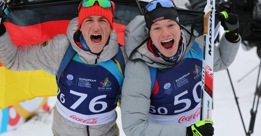 Benjamin Menz (l.) und Hans Köllner (r.) feiern ihren Doppelerfolg nach dem Rennen. Foto: DOSB